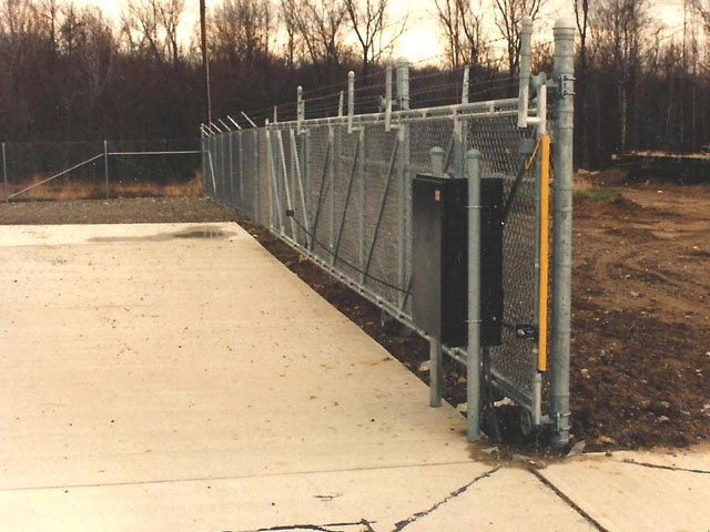 Industrial cantilever gate with electric operator